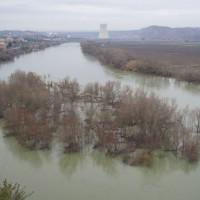 Ascó, rozvodněné Ebro a chladící věž jaderné elektrárny