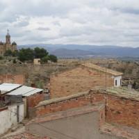 Kostel Santa Maria, v pozadí podhůří Pyrenejí