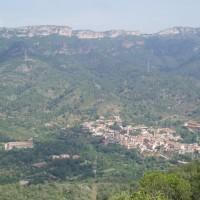 Vyhlídka u Castell d'Escornalbou - výhled na hory a vesničku L'Argentera