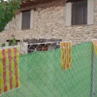 Mini vlaječky na plotě.