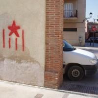 Katalánská vlajka nasprejovaná na zeď.
