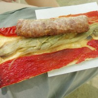 Oběd v katalánských barvách. Coca - katalánská verze pizzy.