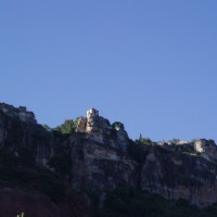 Kostelíček ve vesničce Siurana vyfocený zespodu od přehrady Siurana