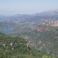 Výhled na přehradu Siurana (vlevo) a vesničku Siurana (vpravo)