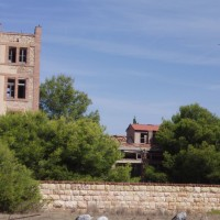 Kozy v areálu vybydleného objektu vedle Tarragony